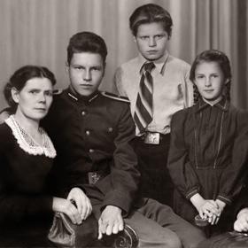 Реставрация черно-белой фотографии<span>Реставрация семейной фотографии. 1933 год.</span>